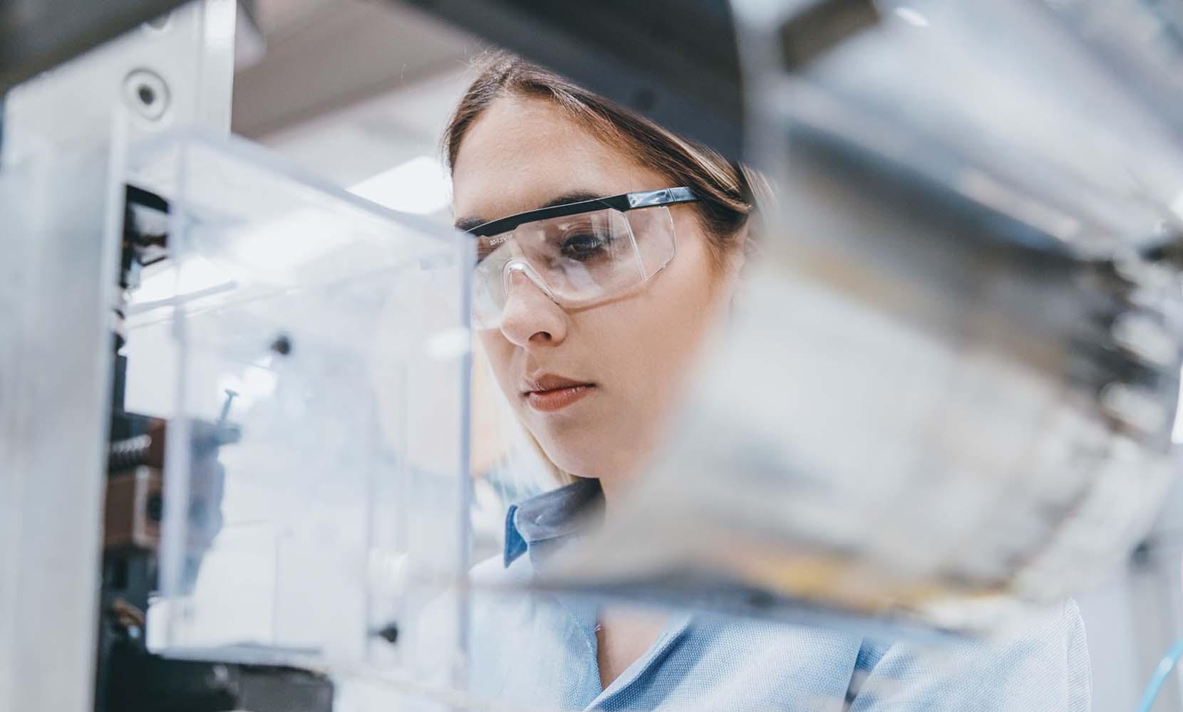 cientifica representando centro de innovacion de acciona